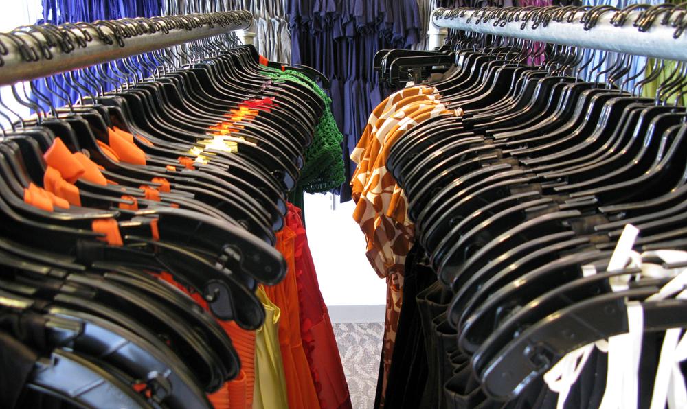 Kläder i klädaffär